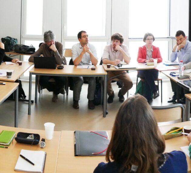 Personnes en réunion de travail autour d'une table